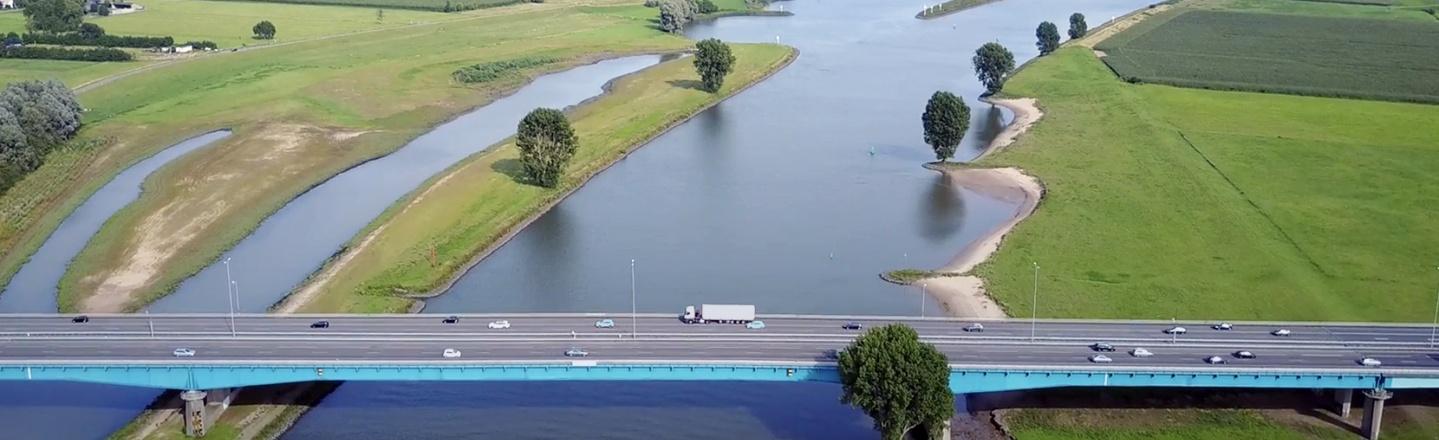 Heliktopterview van Nederlandse brug boven het water