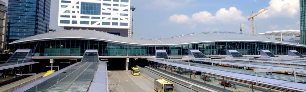 Bovenaanzicht van busstation in Utrecht Nederland