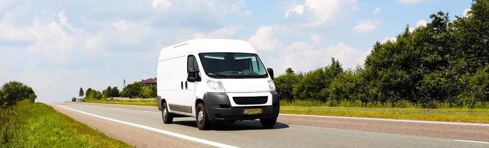 Voorkant van witte bedrijfswagen op de Nederlandse weg