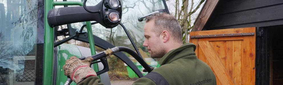 Zijaanzicht tanken Neste MY in tractor