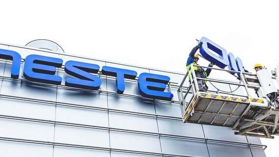 In 2015 werd de naam van het bedrijf Neste Oil weer veranderd in de oorspronkelijke naam Neste, om de verandering in de strategie naar duurzame energie te weerspiegelen.