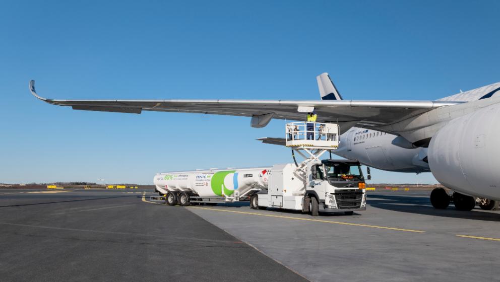 renewablejetfuel-tankertruckatairport-